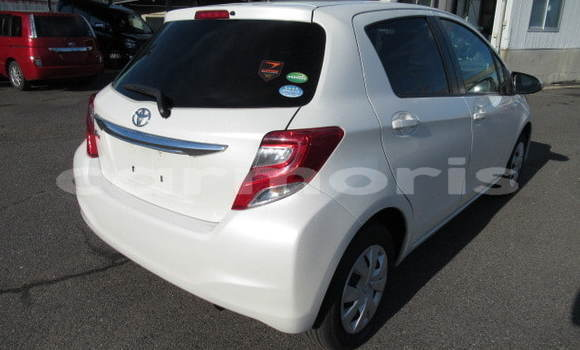 Buy Used Toyota Vitz White Car in Arsenal in Pamplemousses District